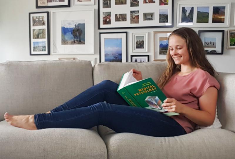 Studietips-voor-efficient-leren-lezen-op-de-bank.png